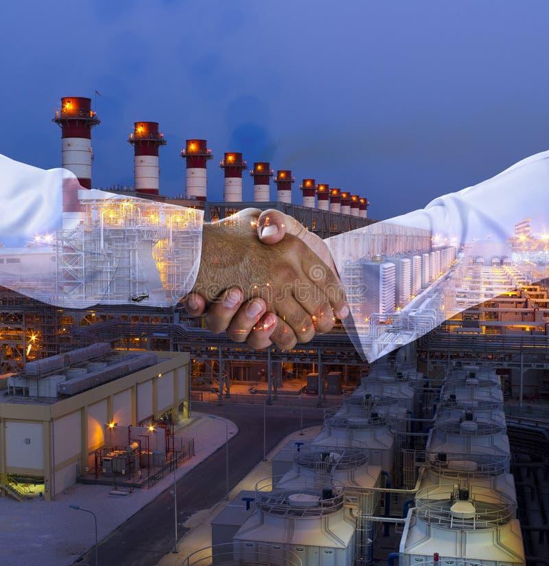 Mång- exponering för handskakning med en kraftverkbakgrund arkivbild
