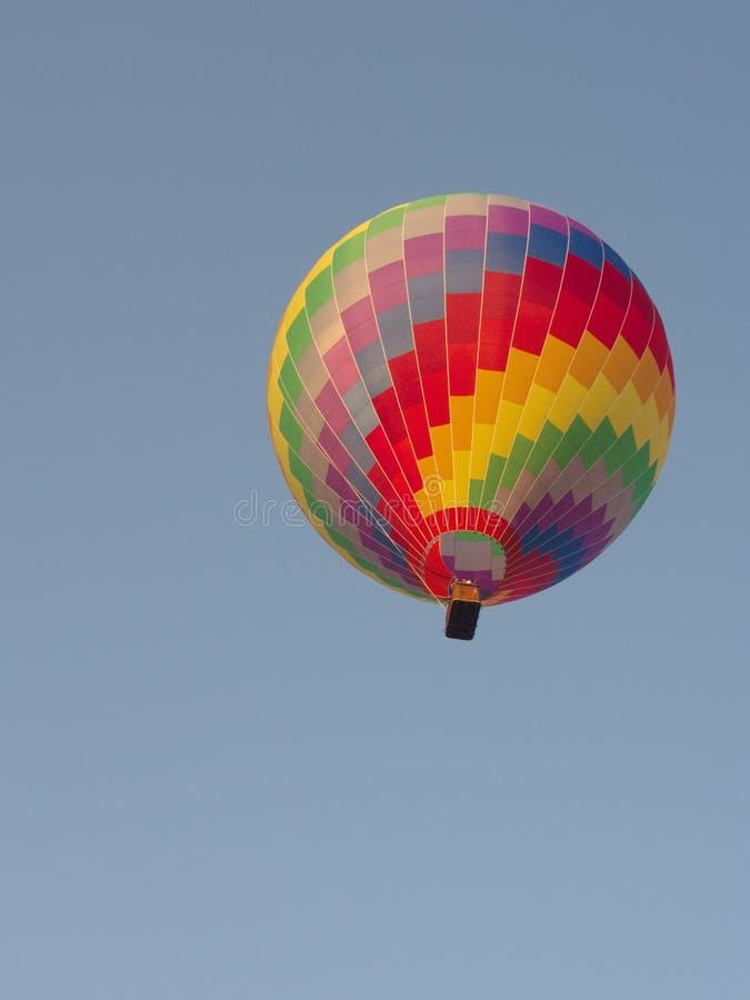 Mång- färg och färgrik ballong med en blå himmel, lopp i arkivfoto