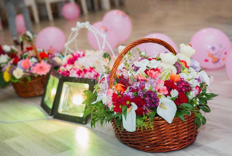 Mång--färgad blommakorg För födelsedag för barn` s arkivfoton