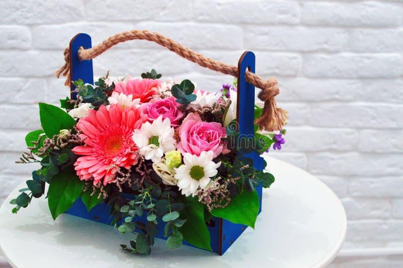 Mång--färgad bukett av blommor i en original- ask royaltyfri bild