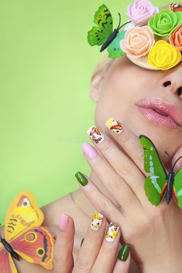 Mång--färgad manikyr på spikar med en design av fjärilar vektor illustrationer