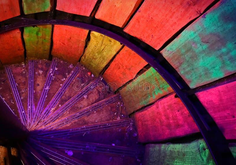 Mång--färgad metallspiraltrappuppgång i gammal fyr fotografering för bildbyråer
