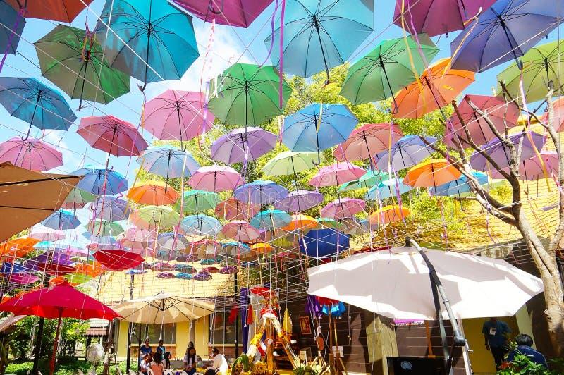 Mång--färgad paraplybakgrund Färgrika paraplyer som svävar ovanför gatan arkivbilder