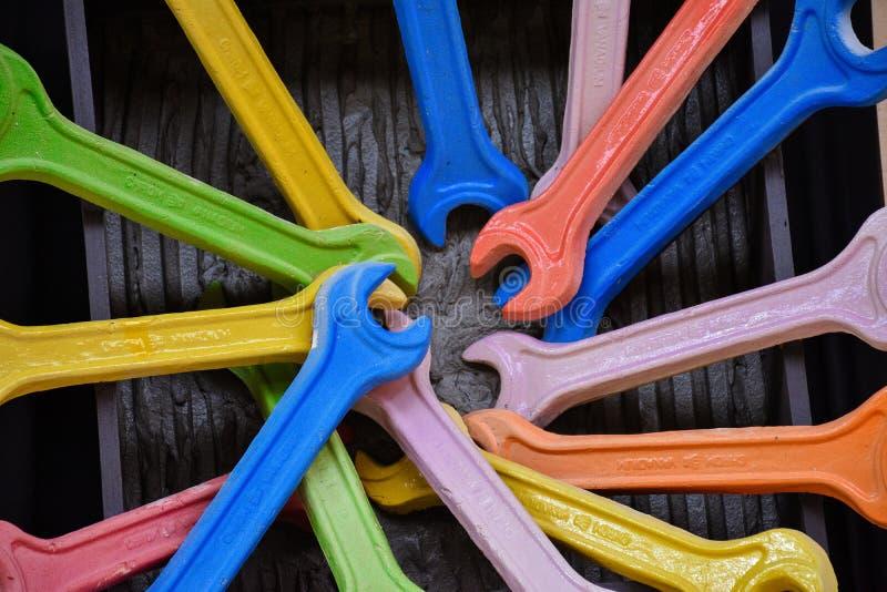Mång--färgad skiftnyckel arkivfoton