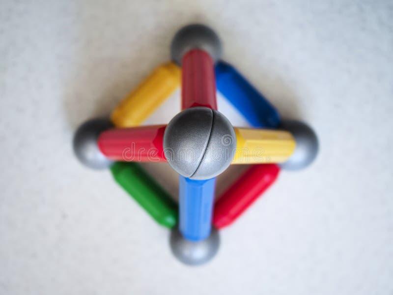 Mång--färgad tetrahedron som byggs av barns magnetiska formgivare fotografering för bildbyråer