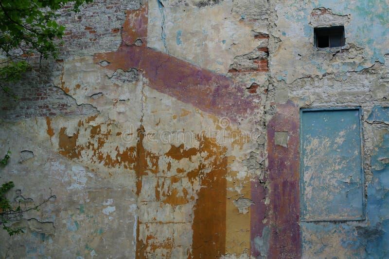 Mång--färgad vägg av huset royaltyfri fotografi