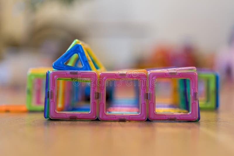 mång--färgade barns plast- magnetiska formgivare barns magnetiska konstruktör royaltyfri foto