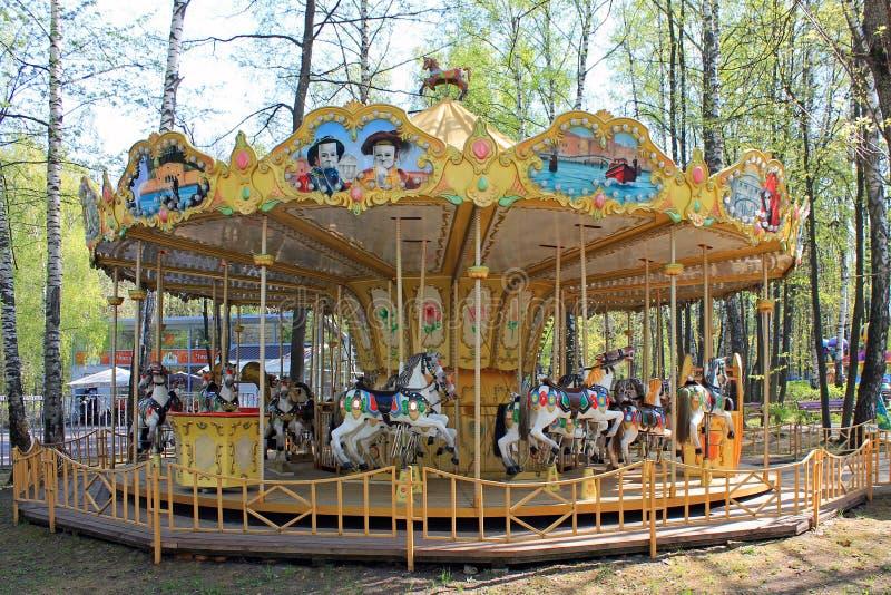 Mång--färgade barns retro stil för karusell med hästar royaltyfri fotografi