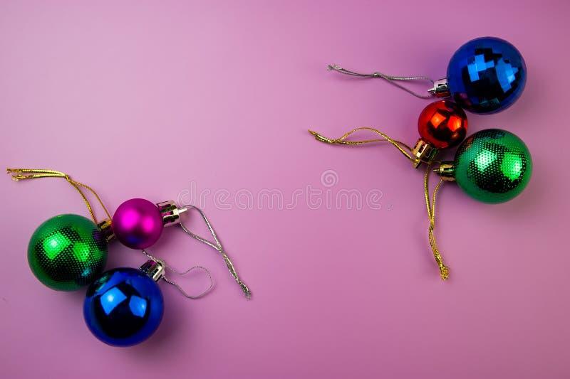 Mång--färgade bollar ligger på en purpurfärgad bakgrund royaltyfria foton