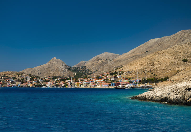 Mång--färgade byggnader av den Halki ön (Chalki) fotografering för bildbyråer