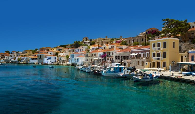 Mång--färgade byggnader av den Halki ön (Chalki) royaltyfria foton