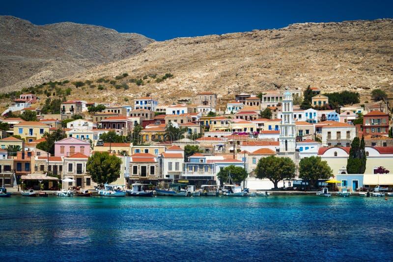 Mång--färgade byggnader av den Halki ön (Chalki) arkivfoto