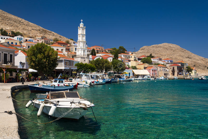 Mång--färgade byggnader av den Halki ön (Chalki) royaltyfri bild