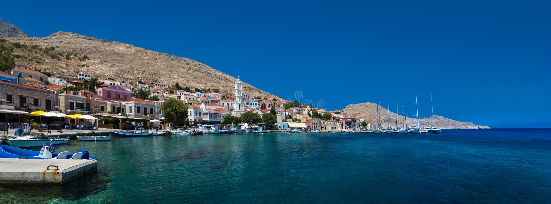 Mång--färgade byggnader av den Halki ön (Chalki) arkivfoton