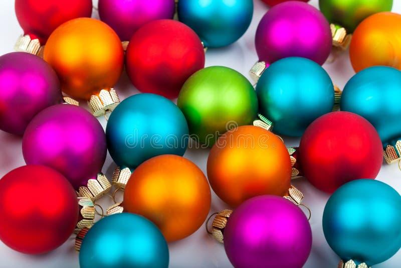 Mång--färgade julstruntsaker fotografering för bildbyråer