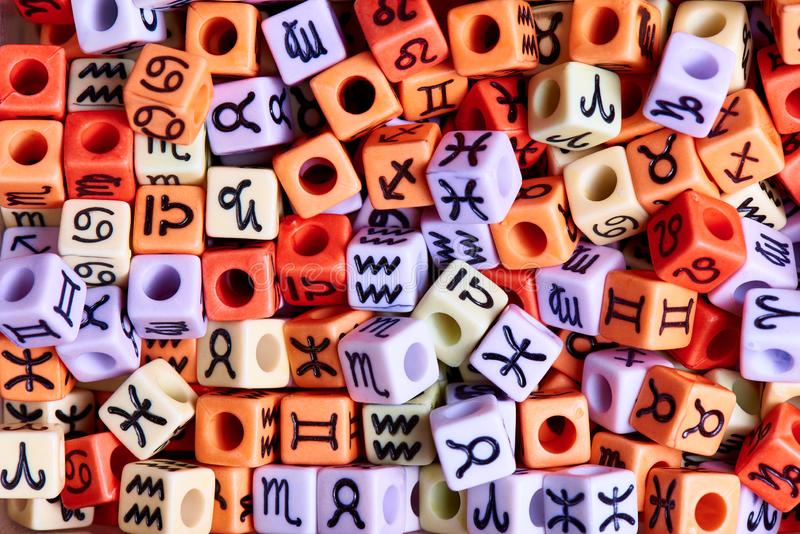 Mång--färgade kuber med zodiakteckennärbild arkivbild