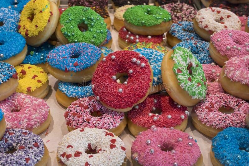 Mång- färgade nya donuts arkivfoton