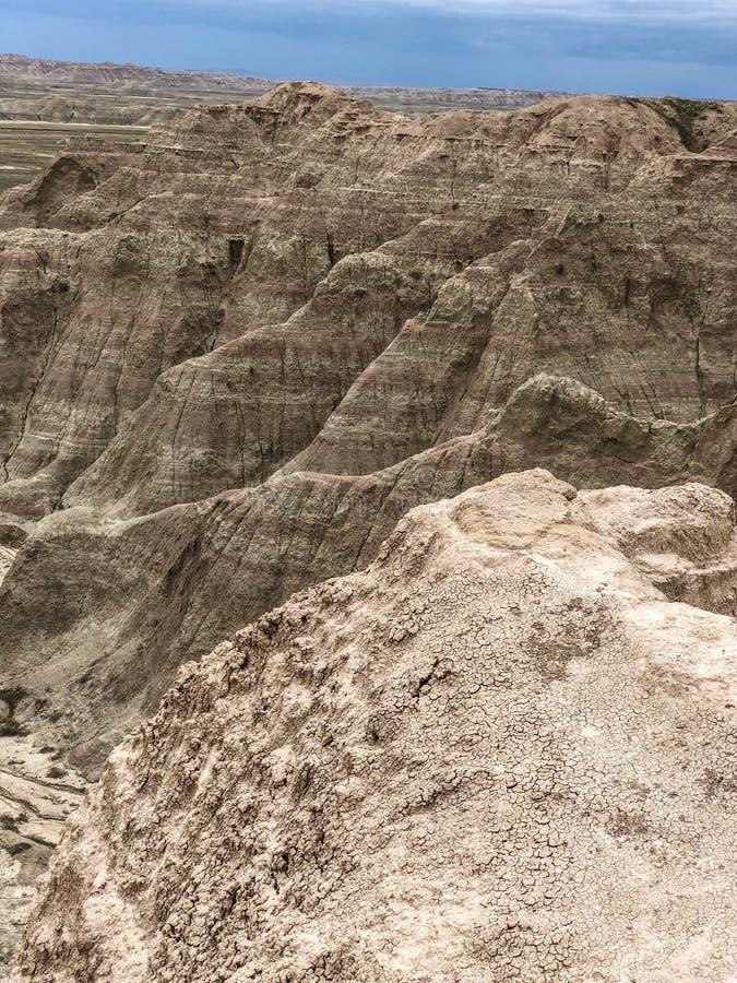 Mång--färgade och varvade berg av Badlands arkivfoton
