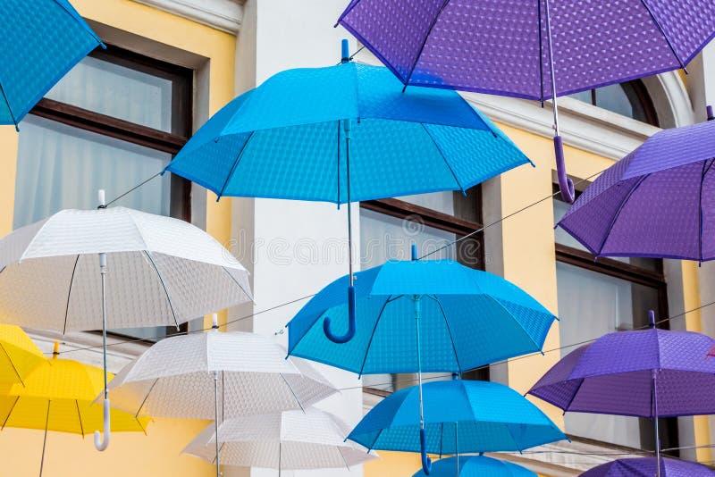 Mång--färgade paraplyer smyckar gatan för stads` s under holiden arkivbild