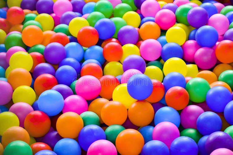Mång--färgade plast- bollar för torr närbild för pölungeunderhållning royaltyfri bild