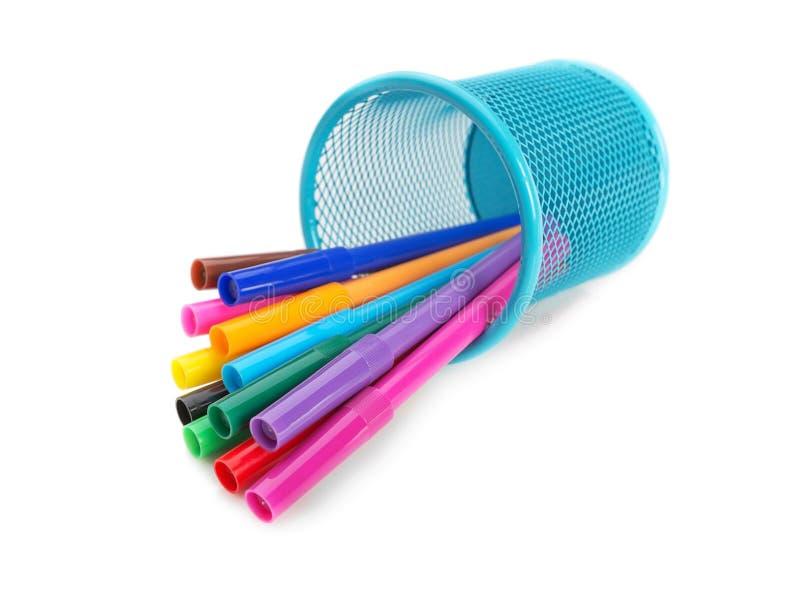 Mång--färgade tuschpennor i en blå korg. royaltyfria foton