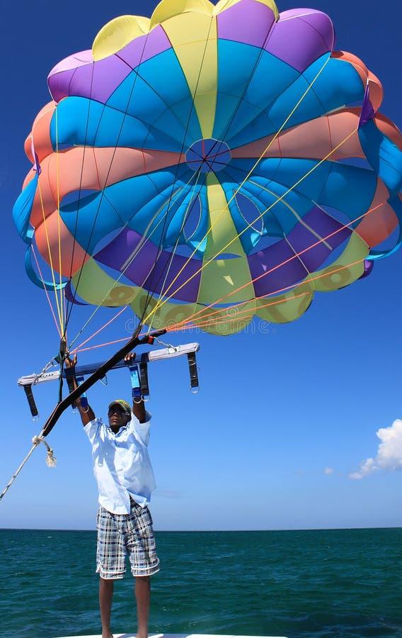 Mång--färgat hoppa fallskärm arkivfoton