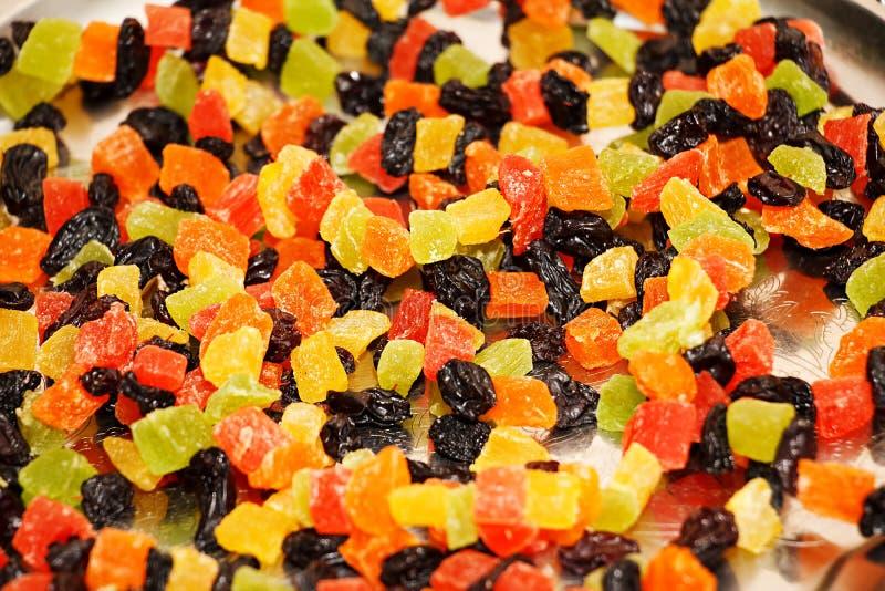 Mång--färgat torkat - frukt Kanderade frukter på en magasincloseup royaltyfria bilder