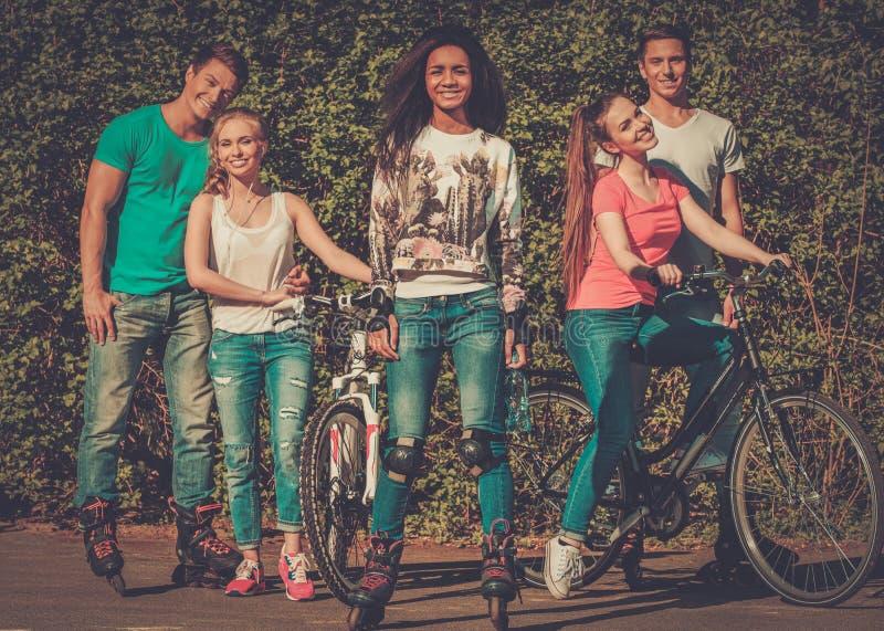 Mång- folkgrupp av sportigt tonårs- i en parkera royaltyfri bild