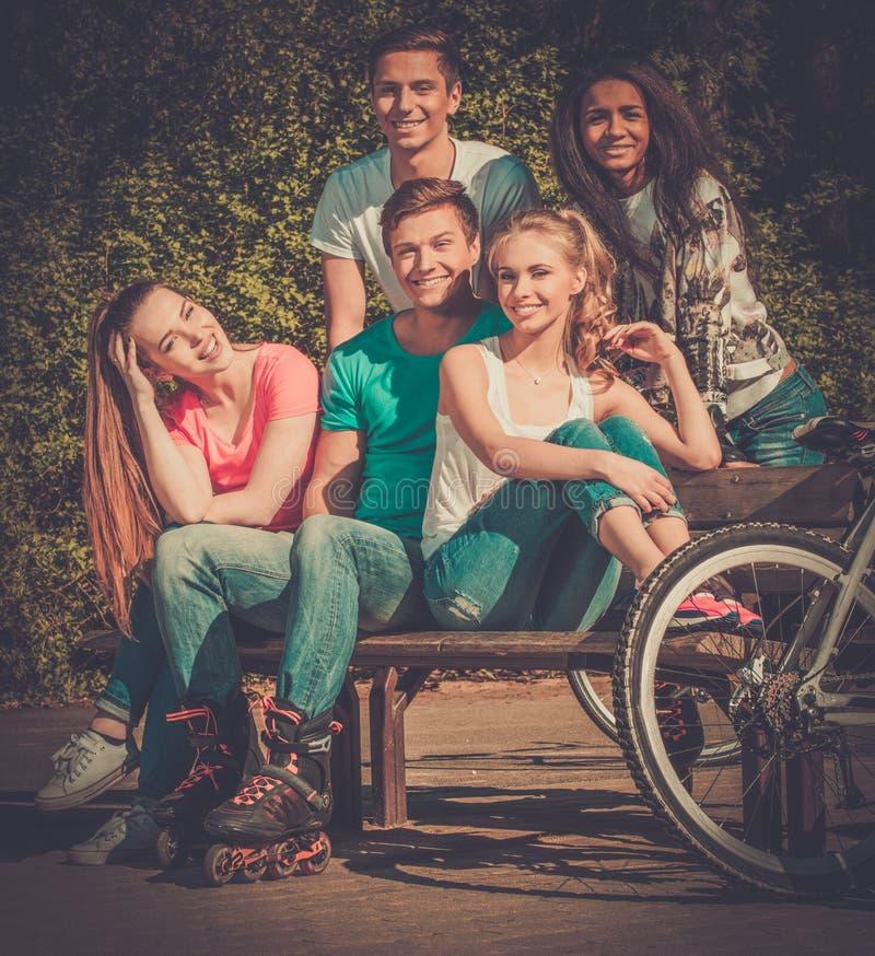Mång- folkgrupp av sportigt tonårs- i en parkera royaltyfri foto