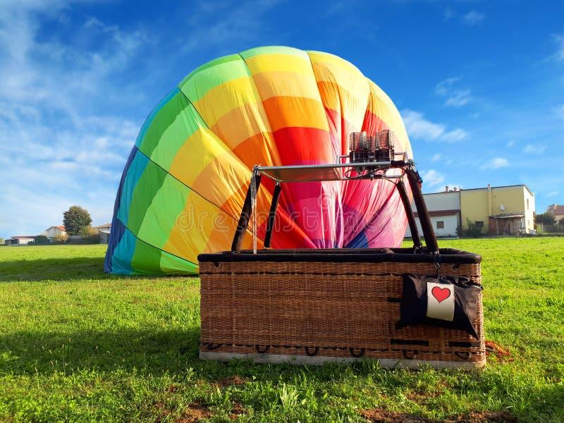 Mång- kulör ballong för varm luft med röd hjärta i fältet arkivbild
