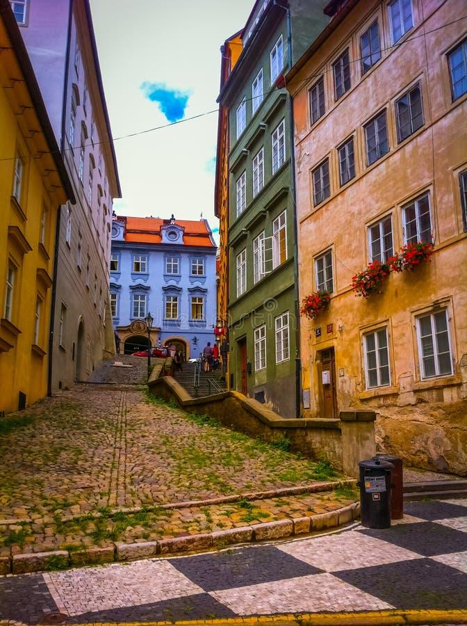 Mång- kulör gata och hus i Prague arkivbild