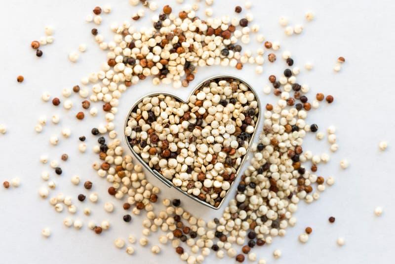 Mång- kulör Quinoa i en hjärta Shape royaltyfri foto