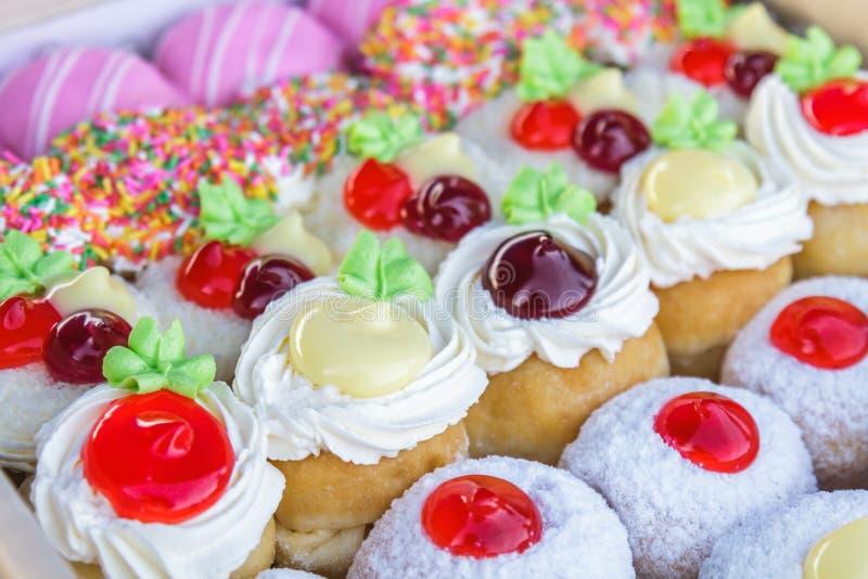 Mång- kulöra donuts arkivfoton