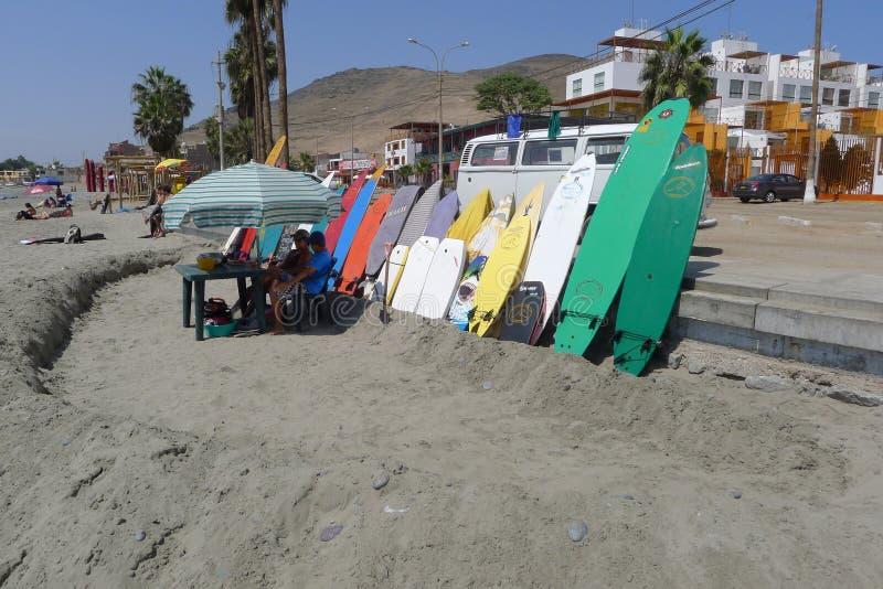 Mång- kulöra surfingbrädor i den Cerro Azul stranden royaltyfria bilder