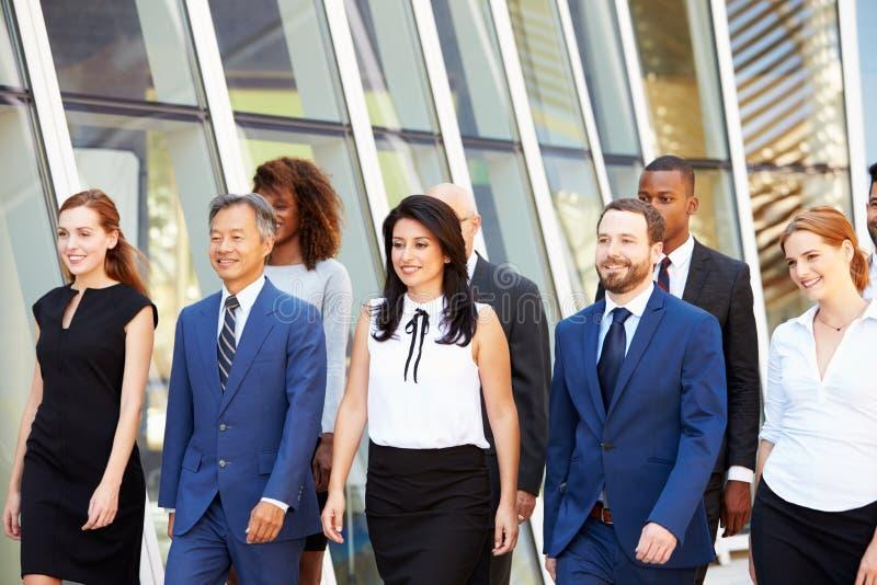 Mång--kulturell affär Team Outside Modern Office arkivfoto