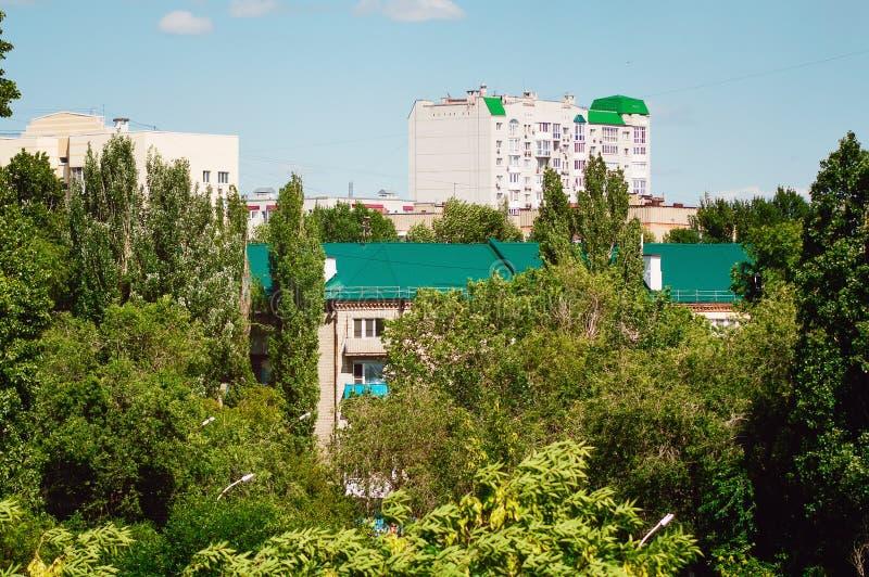 Mång--lägenhet hus bland grönska på en sommardag Stadslandskap, bästa sikt, Ryssland royaltyfria bilder