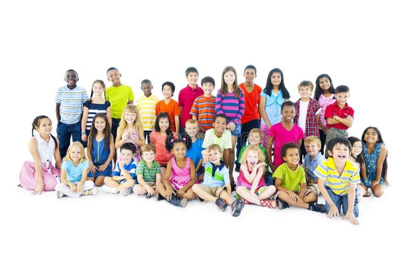 Mång--person som tillhör en etnisk minoritet barn i tillfälliga kläder arkivfoto