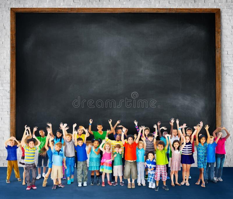 Mång--person som tillhör en etnisk minoritet grupp av barn som rymmer den tomma affischtavlan stock illustrationer