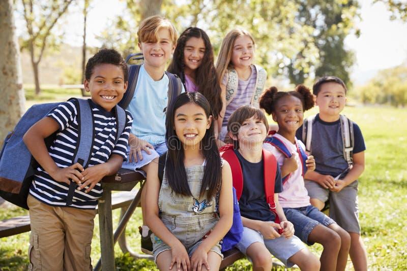 Mång--person som tillhör en etnisk minoritet grupp av skolbarn på skolaturen, slut upp arkivbild