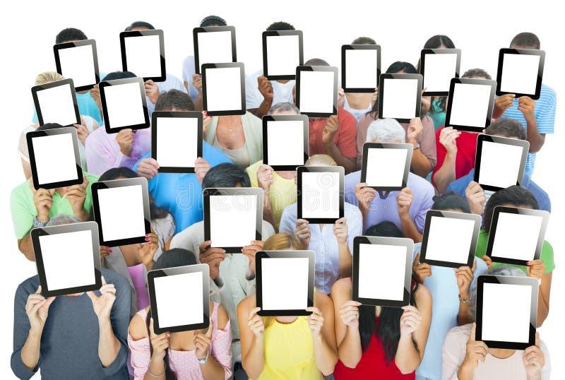 Mång--person som tillhör en etnisk minoritet grupp människor som rymmer Digital minnestavlor arkivbilder