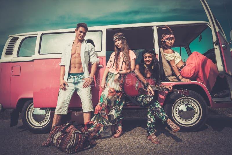 Mång--person som tillhör en etnisk minoritet hippievänner på en vägtur arkivbilder