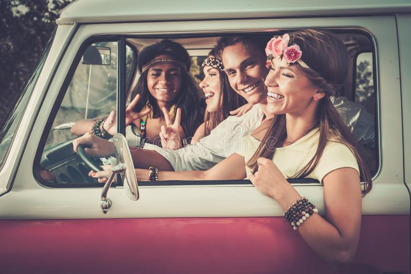 Mång--person som tillhör en etnisk minoritet hippievänner på en vägtur royaltyfri fotografi