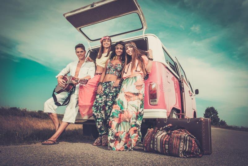 Mång--person som tillhör en etnisk minoritet hippievänner på en vägtur royaltyfria foton