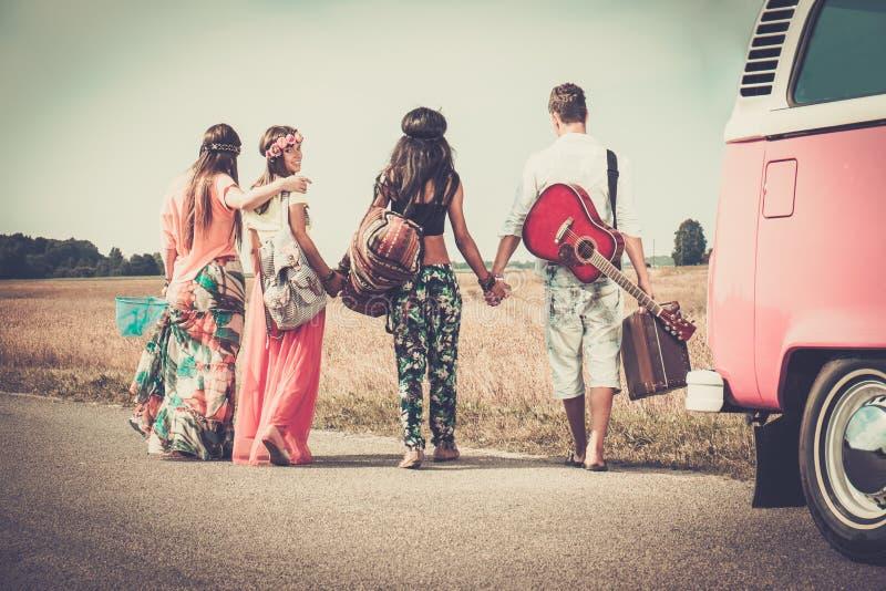 Mång--person som tillhör en etnisk minoritet hippievänner på en vägtur royaltyfri bild