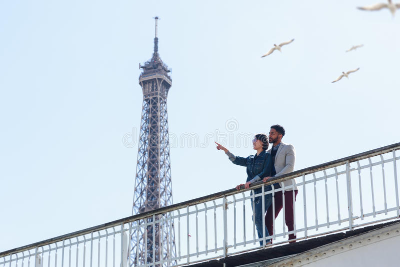 Mång--person som tillhör en etnisk minoritet par som har gyckel i Paris nära Eiffeltorn royaltyfria foton