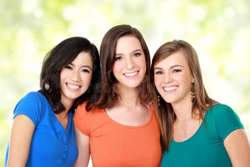 Mång- ras- bästa vän för tre flickor arkivfoton