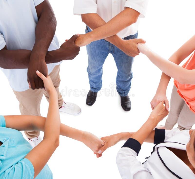 Mång--ras- händer som rymmer sig royaltyfri bild