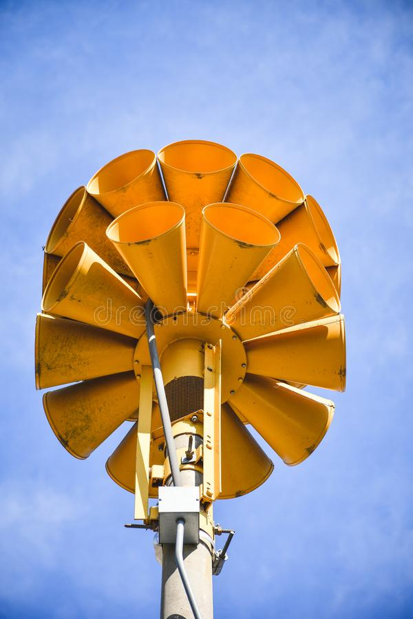 Mång- riktningsförstärkt nöd- siren för guling runda arkivbild