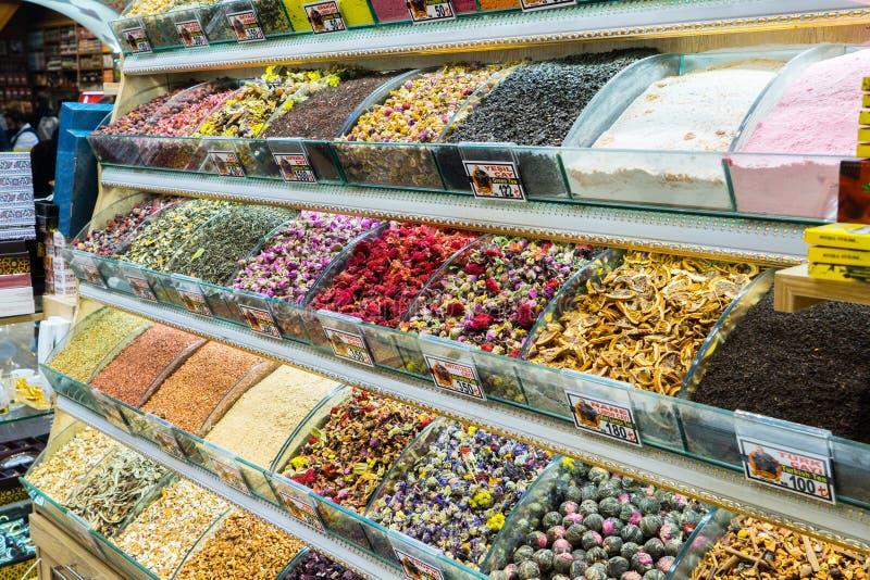 Mång- sorter av kryddor och doftande ingredienser sålde i den berömda kryddabasaren i Istanbul royaltyfri fotografi