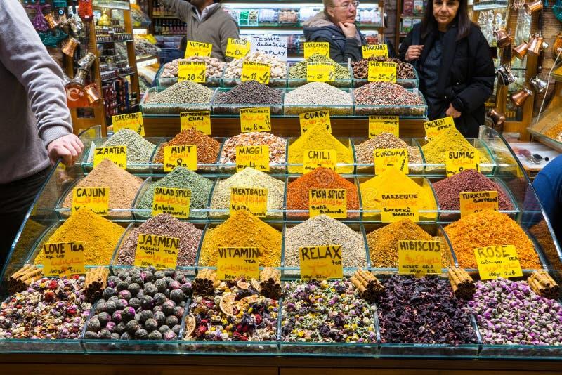 Mång- sorter av kryddor och doftande ingredienser sålde i den berömda kryddabasaren i Istanbul royaltyfri foto